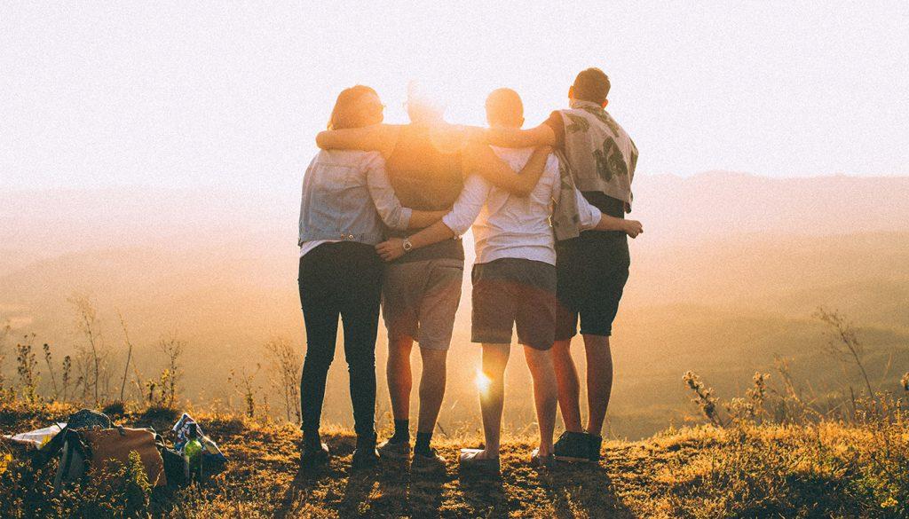 Jeunes randonneurs qui profitent du paysage