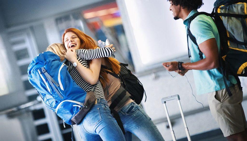 jeunes étudiants qui voyagent et se retrouvent à l'aéroport