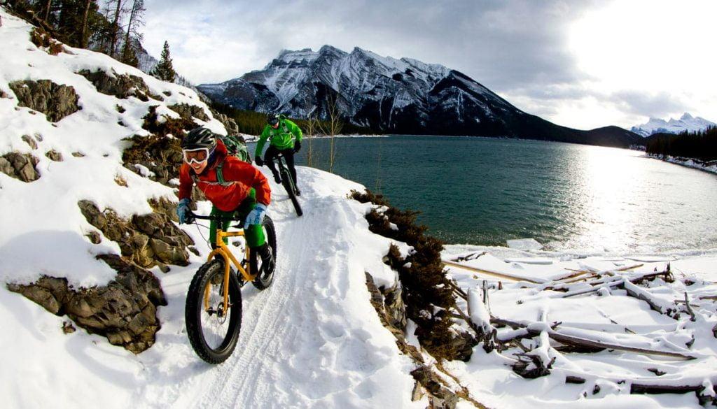 parcours de VTT au bord d'un lac et sous la neige au Canada
